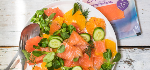 Ensalada fresquita con salmón ahumado y cítricos